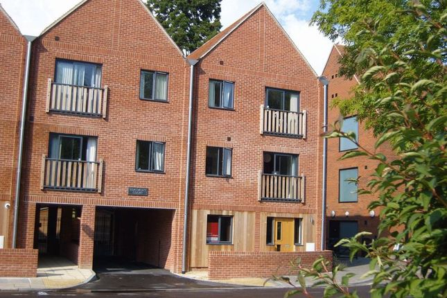 Thumbnail Flat to rent in Vicarage Hill, Alton