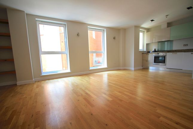 Thumbnail Flat for sale in Enfield Road, Islington