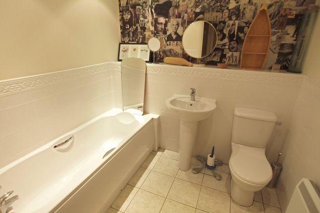 Main Bathroom of Royal Plaza, 2 Westfield Terrace, City Centre, Sheffield S1