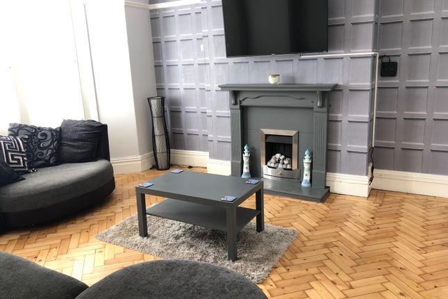 2 bed flat to rent in Victoria Avenue, Porthcawl CF36