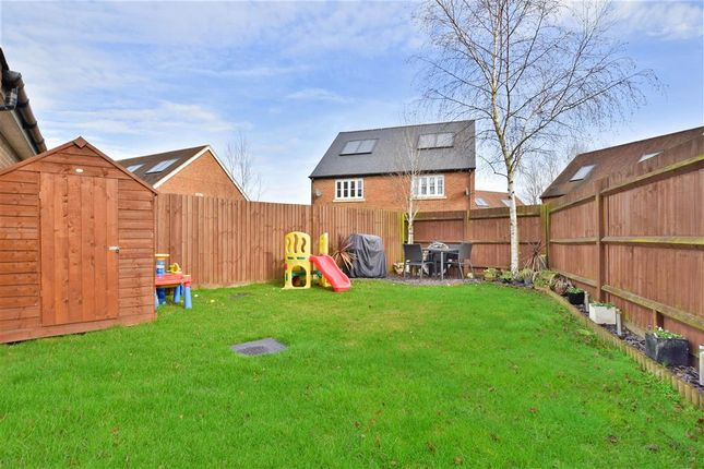 Thumbnail Detached house for sale in Meadow Way, Horley, Surrey