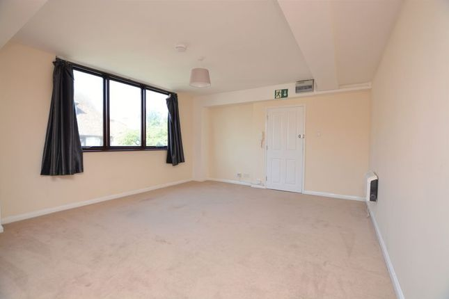 Thumbnail Flat to rent in High Street, Burnham, Slough