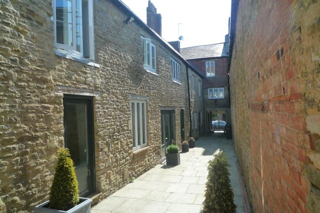 2 bed flat to rent in Market Place, Brackley NN13