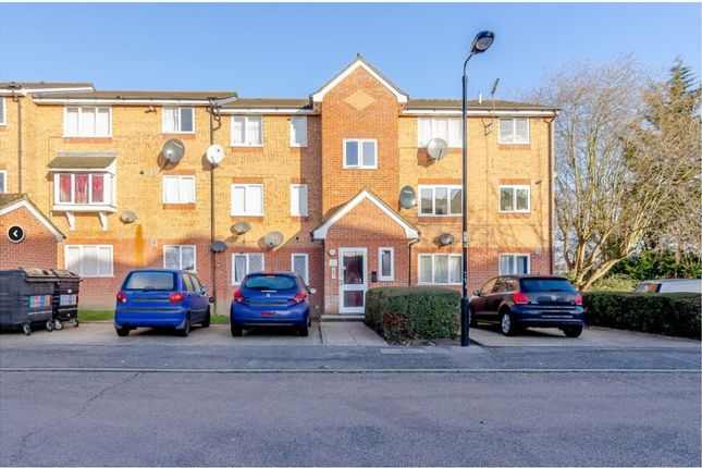 Thumbnail Flat for sale in Streamside Close, London, London