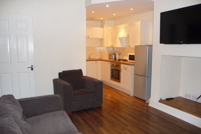 3 bed flat to rent in Rothbury Terrace, Heaton