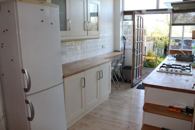 2 bed flat to rent in Chandos Road, London