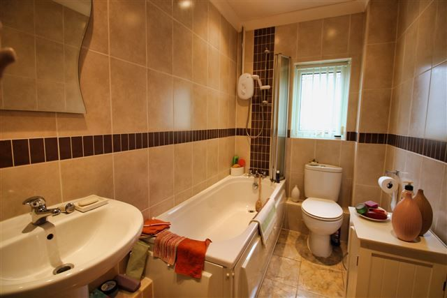 Bathroom of Hoveringham Court, Swallownest, Sheffield S26
