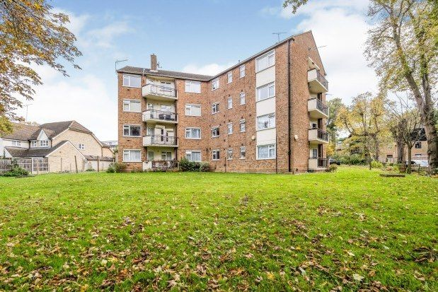 3 bed flat to rent in High Road, Buckhurst Hill IG9