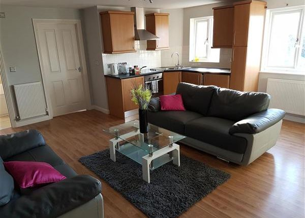 Thumbnail Flat to rent in Treetop Close, Luton
