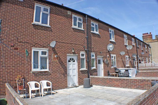 Thumbnail Flat to rent in Frinton Way, Gants Hill