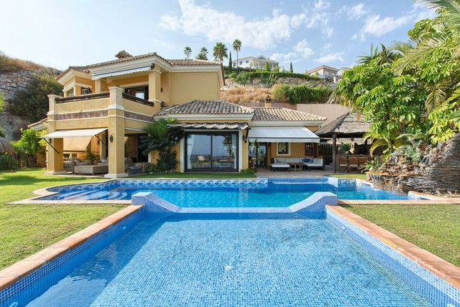 Villa for sale in Puerto Del Almendro, Benahavis