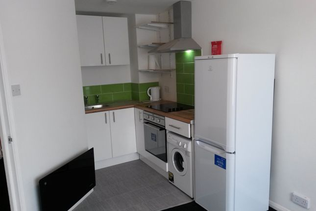 2 bed flat to rent in Welbeck Road, Luton