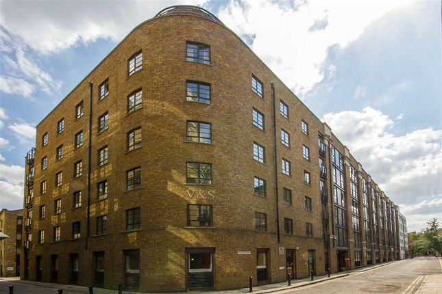 2 bed flat to rent in Curlew Street, London