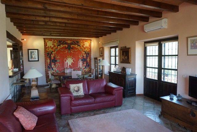F105984_7_F105984 - Living Room 1B