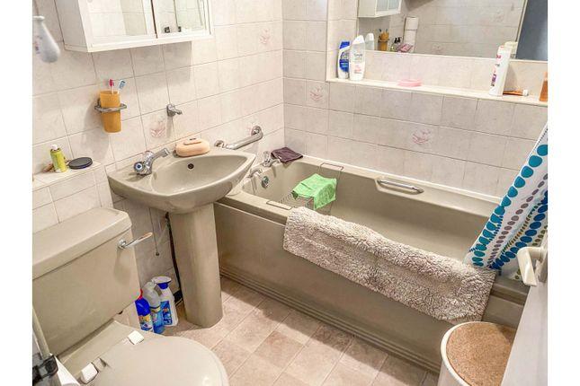 Bathroom of Cedar Way, Wellingborough NN8
