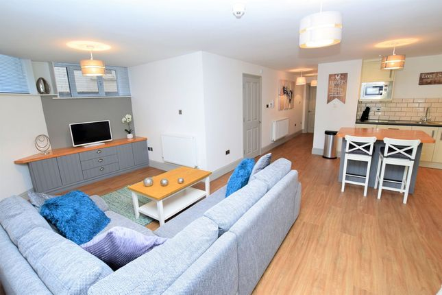 Thumbnail Flat to rent in Oakfield Place, Bristol