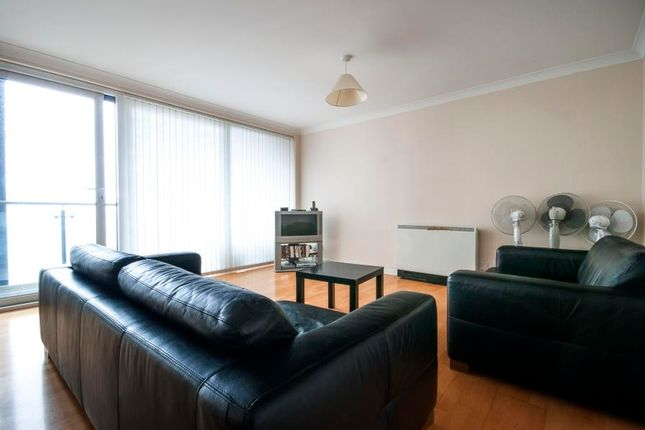 3 bed flat to rent in Boardwalk Place, Canary Wharf