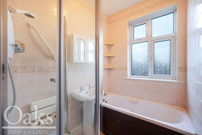 Bathroom of Craigen Avenue, Croydon CR0