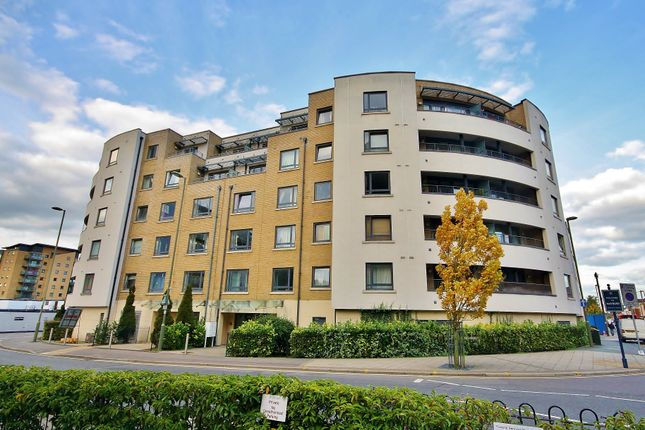 Thumbnail Flat for sale in Chertsey Road, Woking