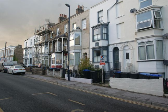 1 bed flat to rent in West Cliff Road, Ramsgate