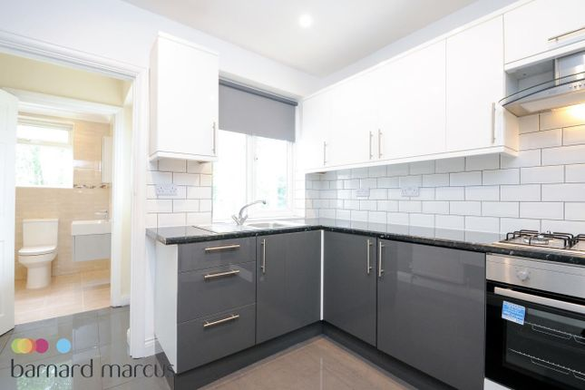 2 bed flat to rent in Connell Crescent, London