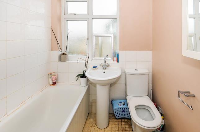 Bathroom of Carisbrook Close, Enfield EN1