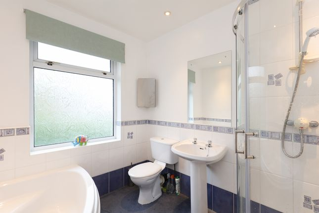 Bathroom of Lydgate Hall Crescent, Sheffield S10
