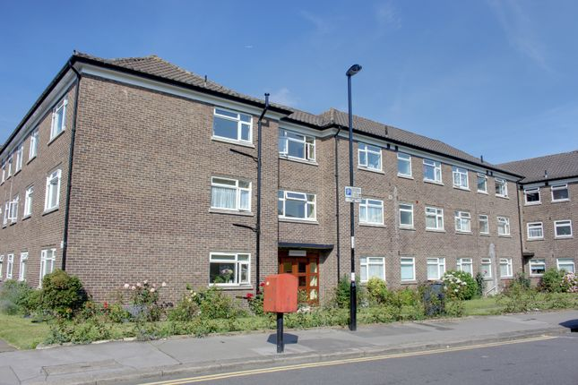 Thumbnail Flat to rent in Waldronhyrst, South Croydon