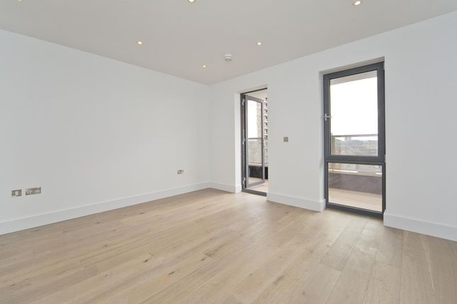 2 bed flat to rent in Chatham Place, London