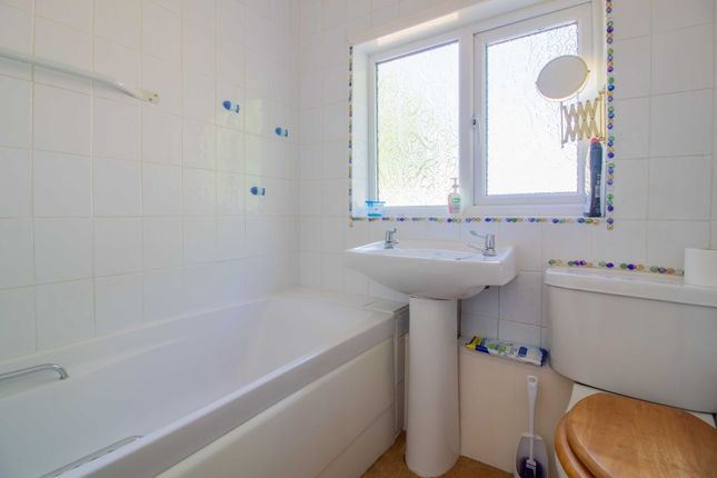 Bathroom 1 of Barrydale Avenue, Beeston, Nottingham NG9