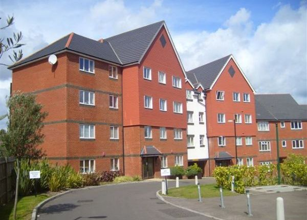 2 bed flat to rent in Tower Close, East Grinstead