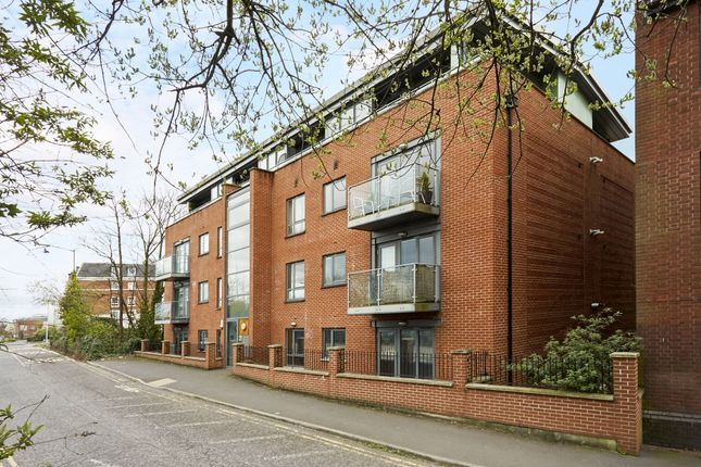 2 bed flat to rent in Station Approach, Epsom KT19