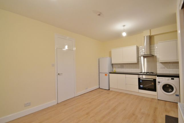 Triplex to rent in Green Lanes, Palmers Green