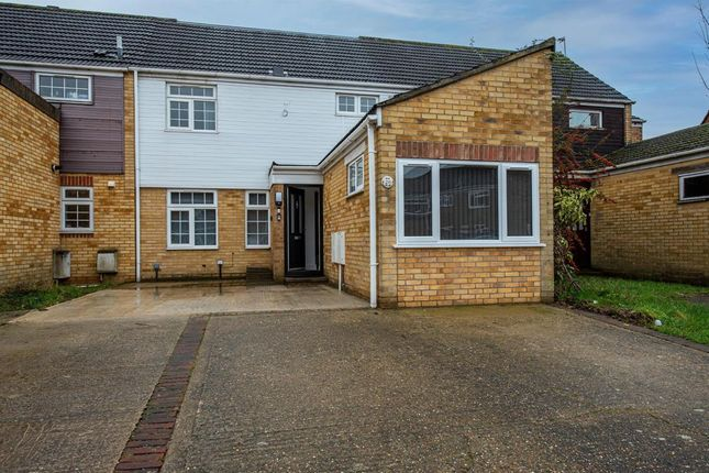 Thumbnail Flat to rent in Rochfords Gardens, Slough