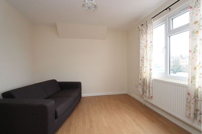 2 bed flat to rent in Basingstoke Road, Reading