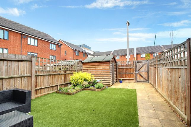 Picture No. 10 of Puffin Way, Reading, Berkshire RG2