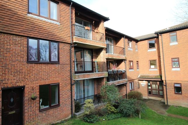 2 bed flat to rent in Tollwood Park, Crowborough