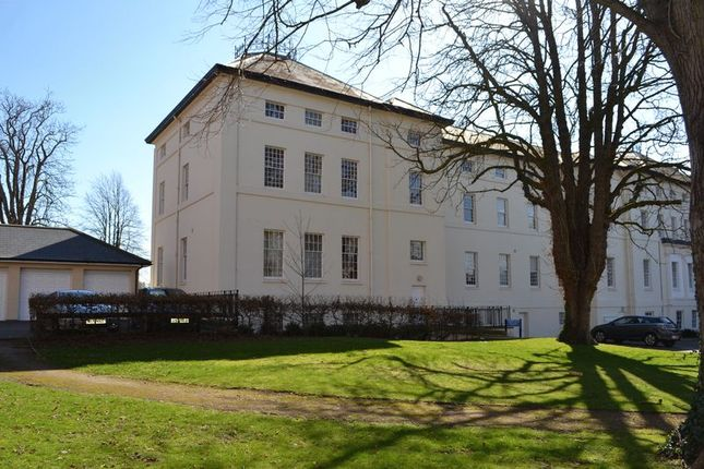2 bed flat to rent in The Crescent, Gloucester