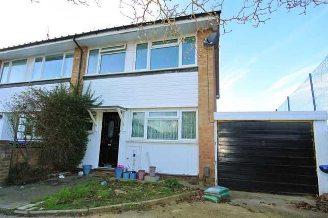 3 bed property for sale in Burn Close, Addlestone