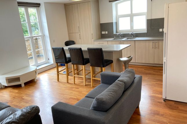 Thumbnail Flat to rent in Very Near The River, Brentford Kew Borders