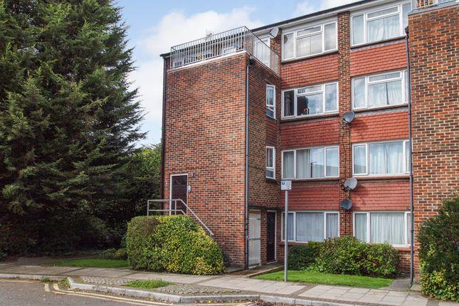 2 bed flat to rent in Elms Road, Wokingham