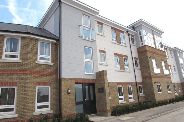 Thumbnail Flat to rent in Court Drive, Maidenhead