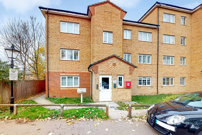 2 bed flat for sale in Gidea Park, Romford RM2
