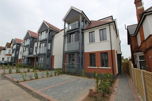 Thumbnail Flat to rent in Flat 19 Balmoral, Valkrie Road, Westcliff-On-Sea, Essex