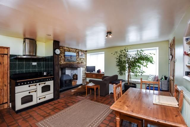 Thumbnail Terraced house for sale in Newland, Witney