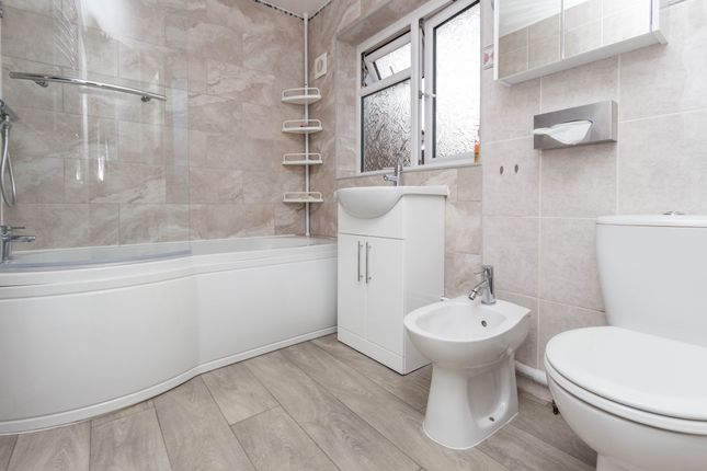 Bathroom of Abbots Way, Wellingborough NN8