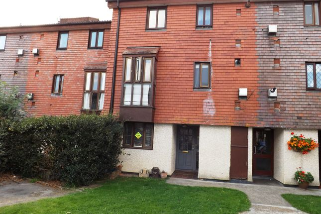 3 bed flat to rent in Derwent Road, London
