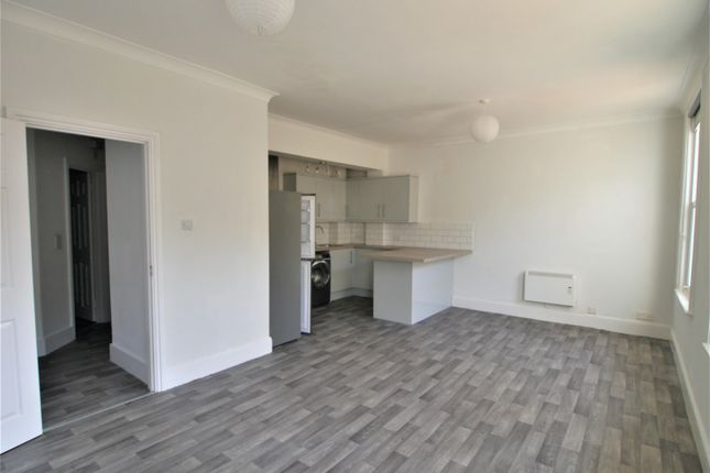 2 bed flat to rent in Boltro Road, Haywards Heath RH16