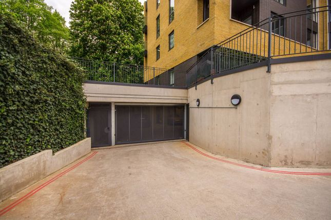 Parking/garage to rent in Pipit Drive, Putney