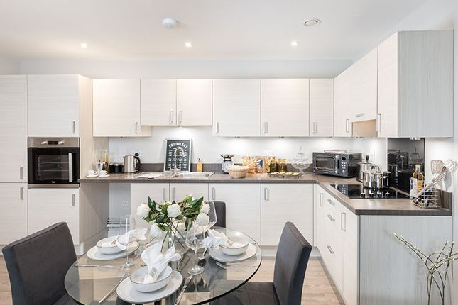 2 bedroom flat for sale in Longwater Avenue, Reading